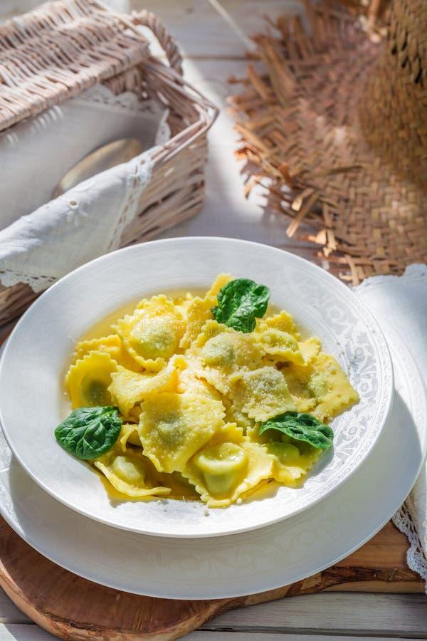 Smakelijke ravioli met ricotta en spinazie royalty-vrije stock foto's