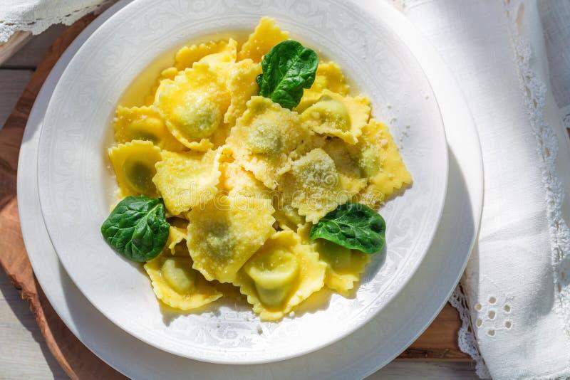 Smakelijke ravioli met spinazie, ricotta en parmezaanse kaas royalty-vrije stock fotografie