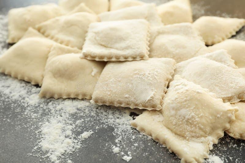 Smakelijke ravioli op lijst, close-up stock afbeeldingen