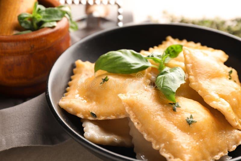 Smakelijke ravioli op plaat, close-up stock foto