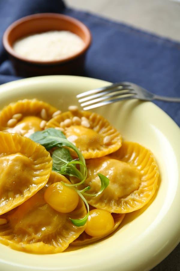Smakelijke ravioli op plaat, close-up royalty-vrije stock afbeelding