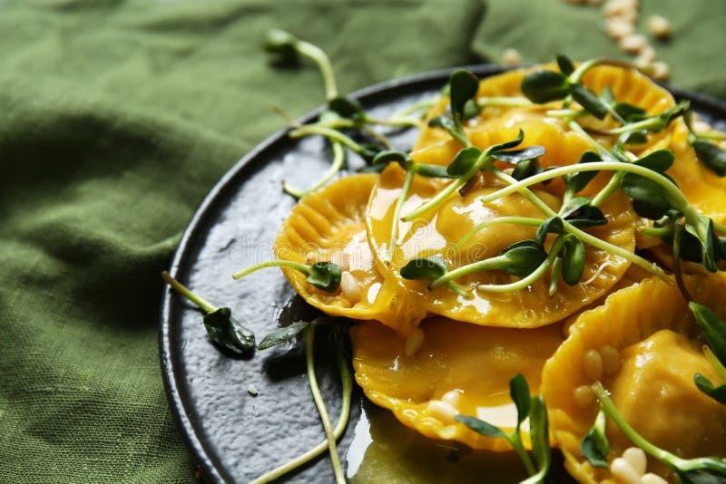Smakelijke ravioli op plaat, close-up stock fotografie