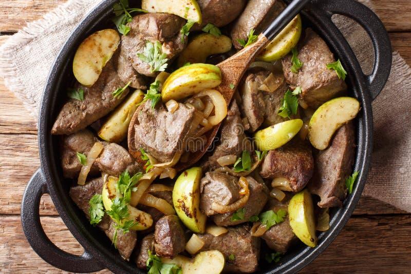 Smakelijke rundvleeslever met groene appelen en gekarameliseerd uienclose-up in een pan horizontale hoogste mening royalty-vrije stock foto's