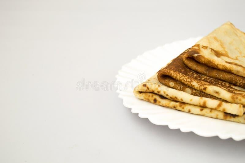 Smakelijke Russische pannekoeken op een witte plaat Horizontale voedselfoto stock afbeeldingen