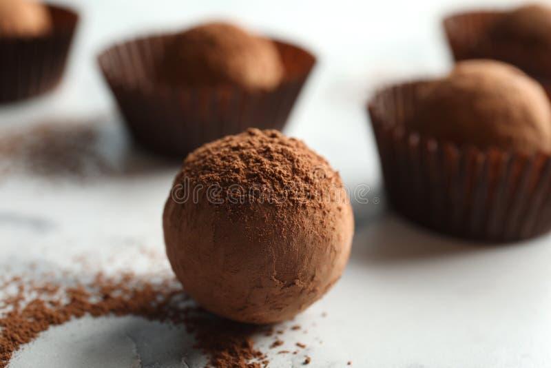Smakelijke ruwe chocoladetruffel op marmeren achtergrond stock afbeeldingen