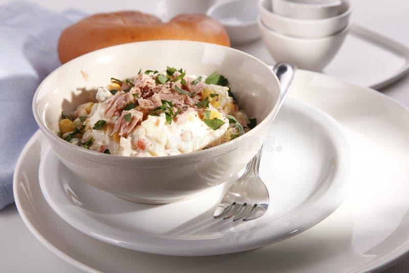 Smakelijke salade met tonijn royalty-vrije stock afbeeldingen