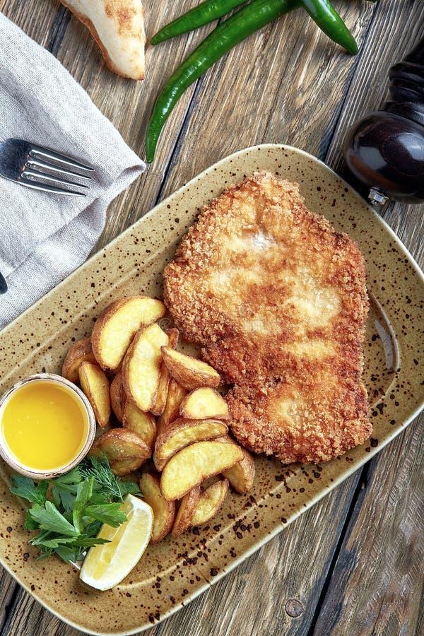 Smakelijke schnitzel met gekookte aardappel De hoogste vlakke mening, legt voedsel stock foto