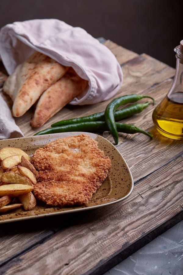 Smakelijke schnitzel met gekookte aardappel De hoogste vlakke mening, legt voedsel royalty-vrije stock foto