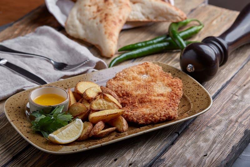 Smakelijke schnitzel met gekookte aardappel De hoogste vlakke mening, legt voedsel royalty-vrije stock fotografie