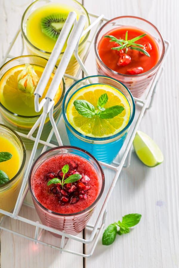 Smakelijke smoothie met verse vruchten stock foto's