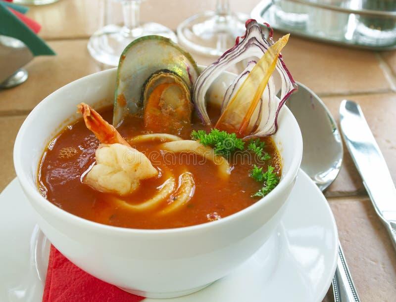Smakelijke soep op een lijst bij restaurant royalty-vrije stock afbeelding