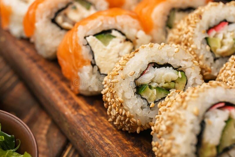 Smakelijke sushibroodjes aan boord, close-up royalty-vrije stock foto