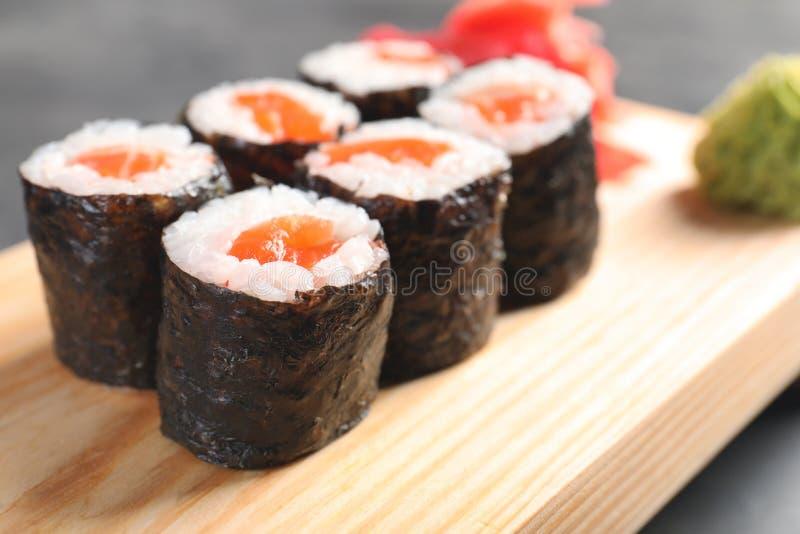 Smakelijke sushibroodjes op houten raad, close-up royalty-vrije stock foto