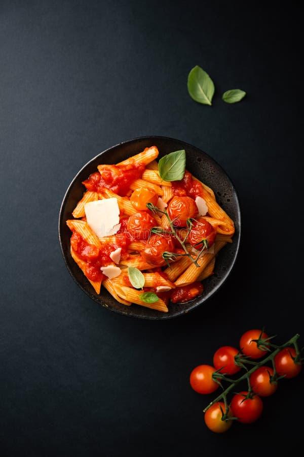 Smakelijke tomatendeegwaren in kom op dark royalty-vrije stock foto's