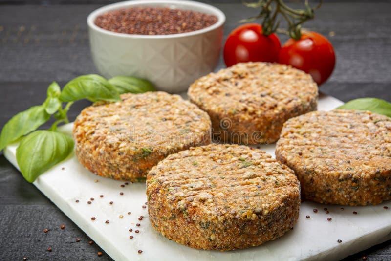 Smakelijke vegetarische burgers maakten van gezonde quinoa, basilicum, tomaten en mozarellakaas royalty-vrije stock afbeelding