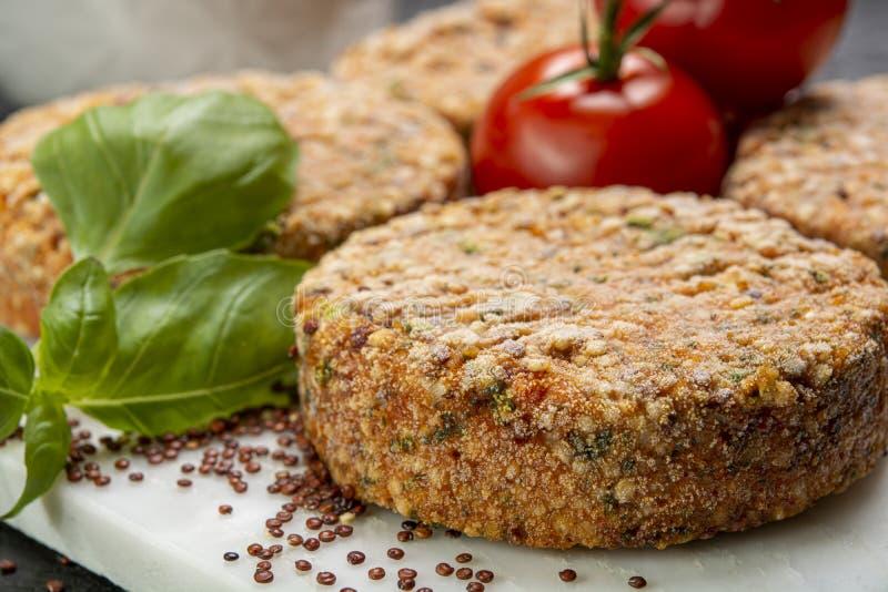 Smakelijke vegetarische burgers maakten van gezonde quinoa, basilicum, tomaten en mozarellakaas stock afbeeldingen