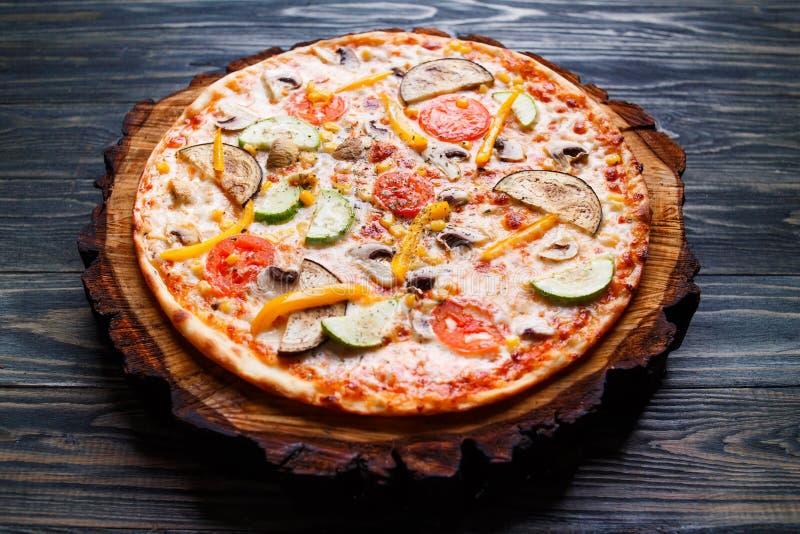 Smakelijke vegetarische pizza met tomaat, courgette, aubergine, oli stock foto