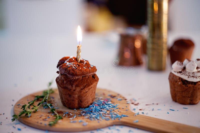 Smakelijke verjaardag, cupcake met kaars op de lijst, vage achtergrond stock afbeelding