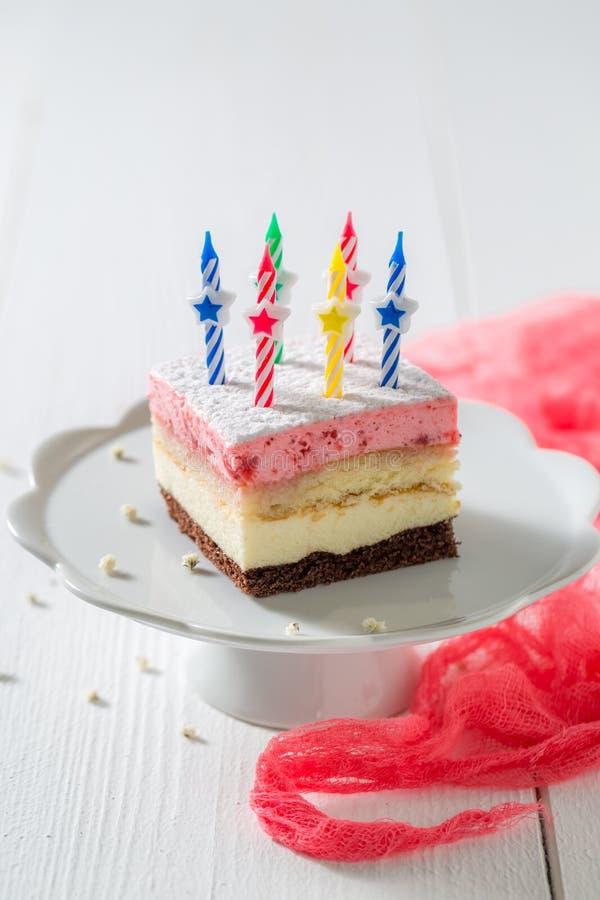 Smakelijke verjaardagscake met aardbei en kaarsen stock fotografie