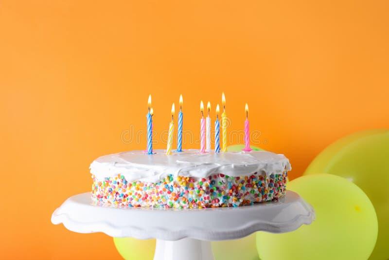 Smakelijke verjaardagscake met het branden van kaarsen en ballons royalty-vrije stock foto