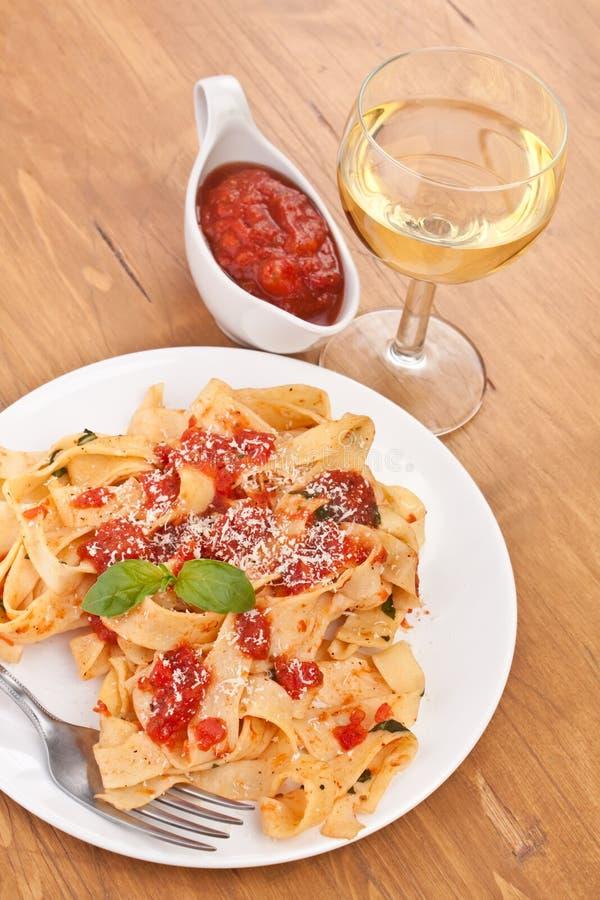 Smakelijke verse deegwaren met tomatensaus stock fotografie
