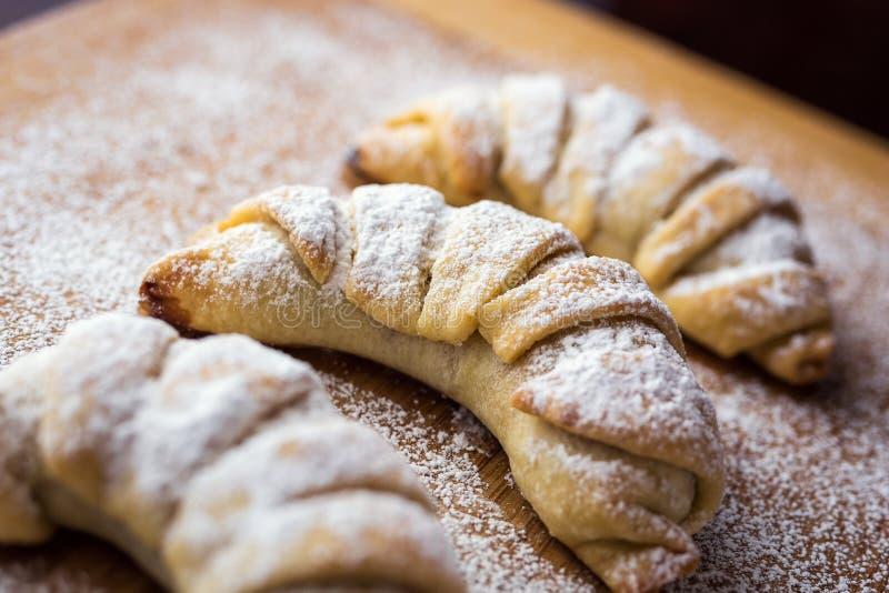 Smakelijke verse die croissants met gepoederde suiker worden bestrooid Heerlijk c royalty-vrije stock foto's