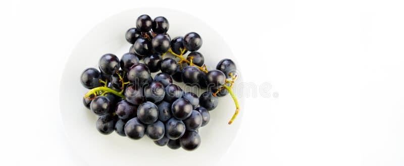 Smakelijke verse zwarte druif in een kom royalty-vrije stock afbeeldingen