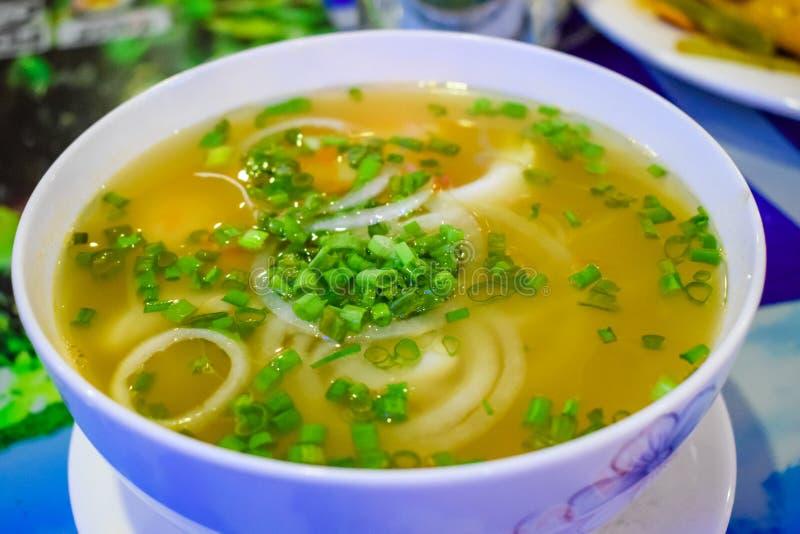 Smakelijke vietnamessesoep met zeevruchten en noedels stock foto's