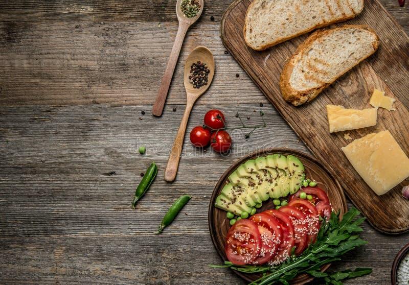 Smakelijke voorgerechten, avocado en besnoeiingstomaten, topview, textspace stock afbeeldingen
