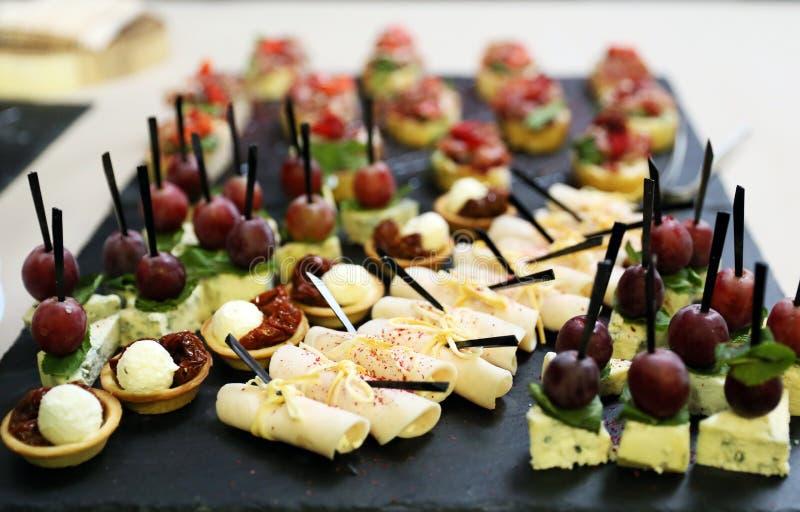 Smakelijke voorgerechten van sandwiches met bacon en aardbeien, stock fotografie