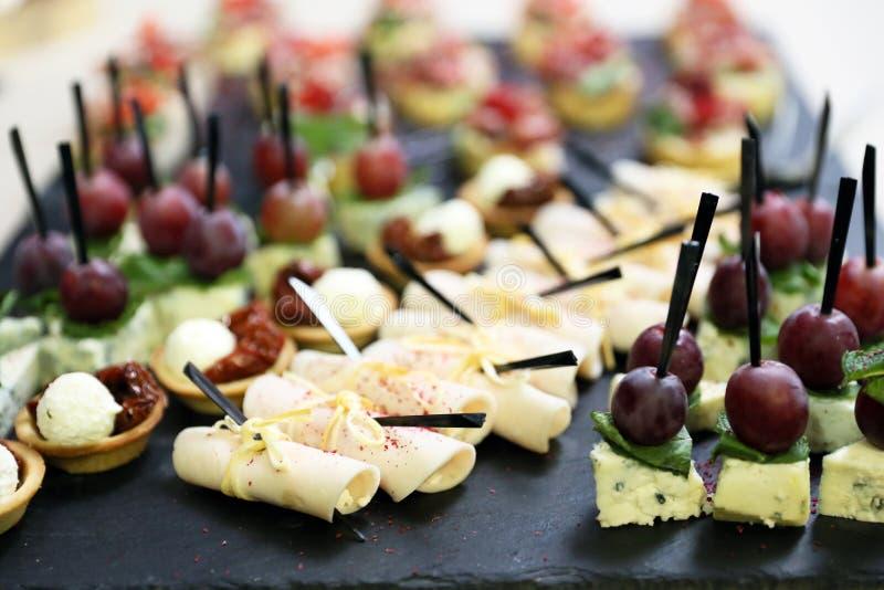 Smakelijke voorgerechten van sandwiches met bacon en aardbeien, royalty-vrije stock foto