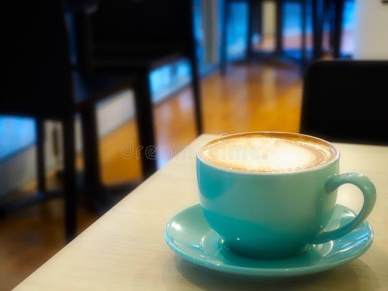 Smakelijke Warme Koffie Latte in Leuke Blauwe Kop bij Koffie royalty-vrije stock foto