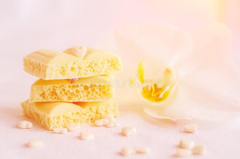 Smakelijke witte poreuze chocolade royalty-vrije stock foto's