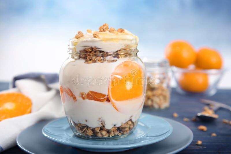 Smakelijke yoghurt met granola stock foto