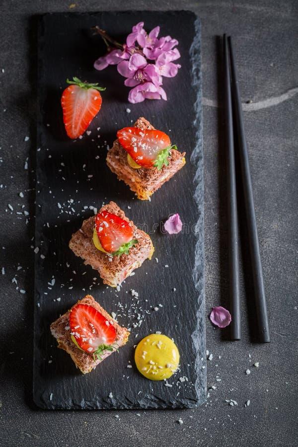 Smakelijke zoete die sushi van aardbei en mango worden gemaakt stock afbeelding
