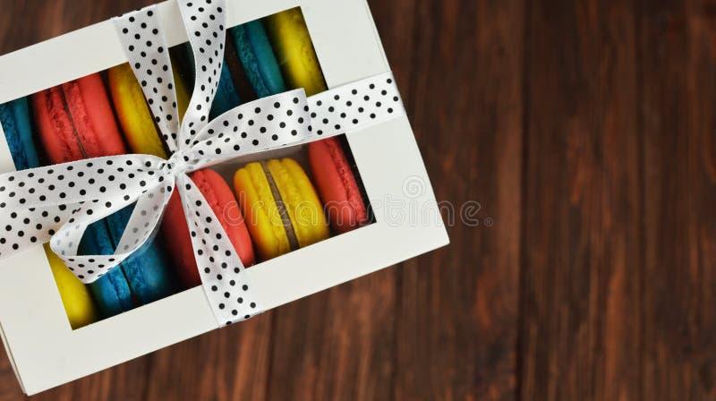 Smakelijke zoete koekjes macaron in een witte giftdoos stock afbeelding