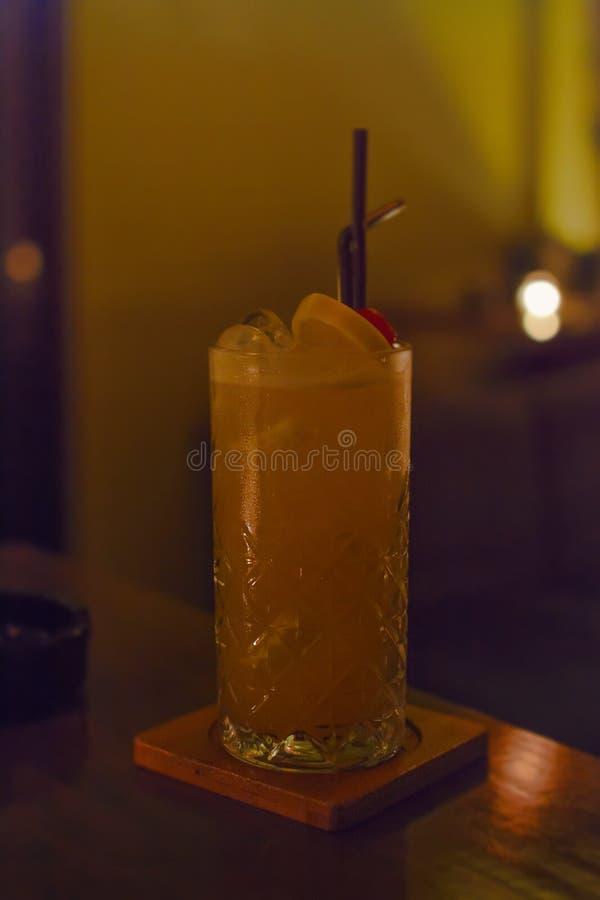 Smaklig alkoholiserad gammalmodig coctail med den orange skivan, k?rsb?ret och citronskalgarnering royaltyfri foto