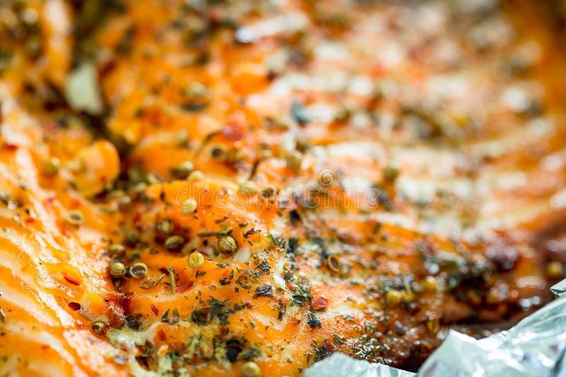 Smaklig bakad fisklax i folie på blåtttabellen, närbild arkivfoto