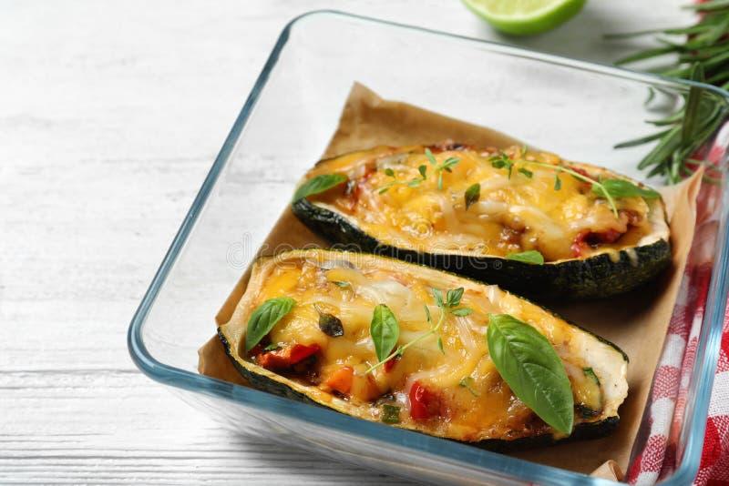 Smaklig bakad välfylld zucchini på trätabellen royaltyfri bild