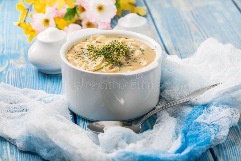 Smaklig champinjonsoppa med nudlar på en trätabell arkivbild