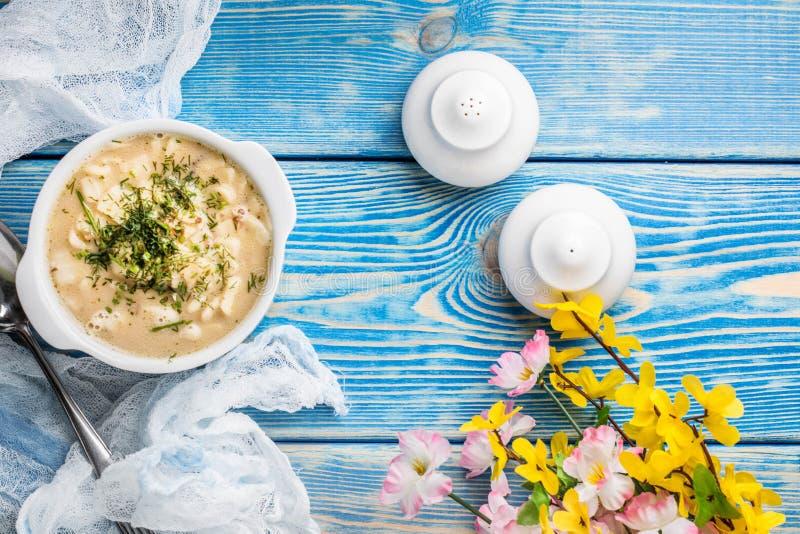 Smaklig champinjonsoppa med nudlar på en trätabell Bästa sikt royaltyfri foto