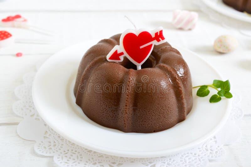 Smaklig chokladpudding på plattor på en vit träbakgrund Ljus låg-kalori efterrätt royaltyfria bilder