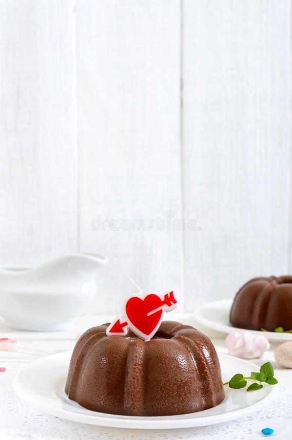 Smaklig chokladpudding på plattor på en vit träbakgrund Ljus låg-kalori efterrätt fotografering för bildbyråer