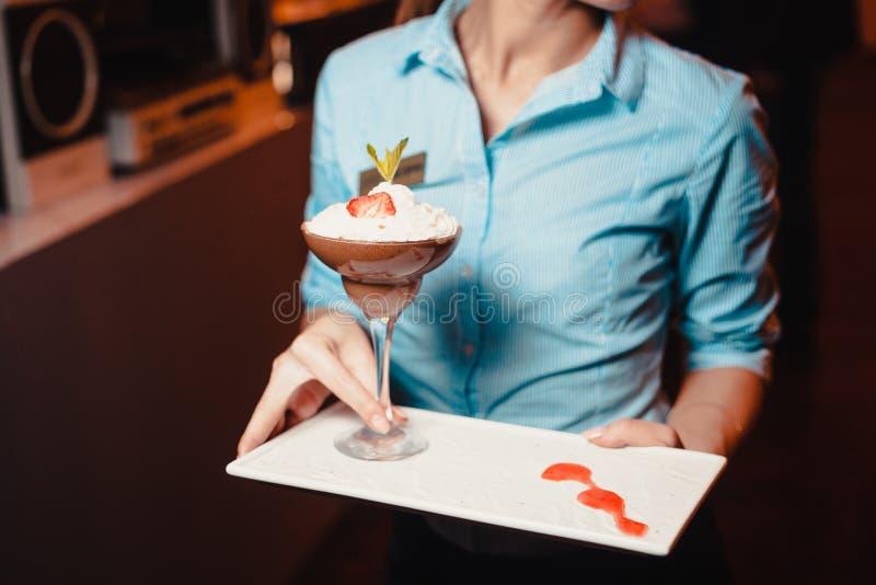 Smaklig efterrätt med jordgubbar och kräm fotografering för bildbyråer