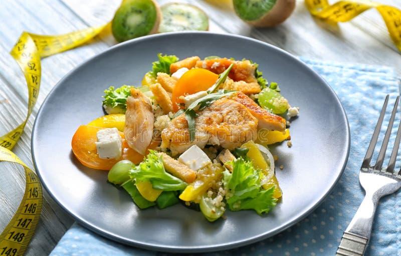 Smaklig feg sallad med grönsaker och mätabandet på trätabellen banta mat royaltyfria bilder