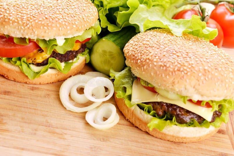 Download Smaklig hamburgare arkivfoto. Bild av livsmedel, kalorier - 27285252