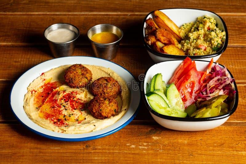 Smaklig hummus med falafelen royaltyfri bild