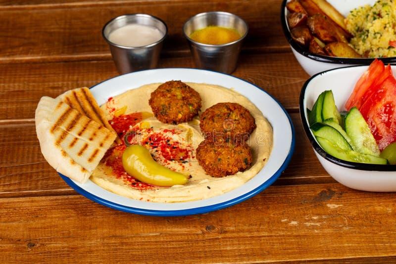 Smaklig hummus med falafelen arkivbild