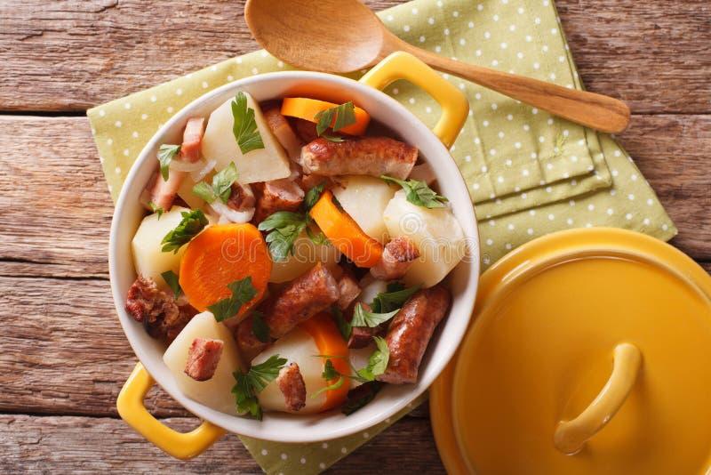 Smaklig irländare skämmer bort med grisköttkorvar, bacon och grönsaker i a royaltyfri bild