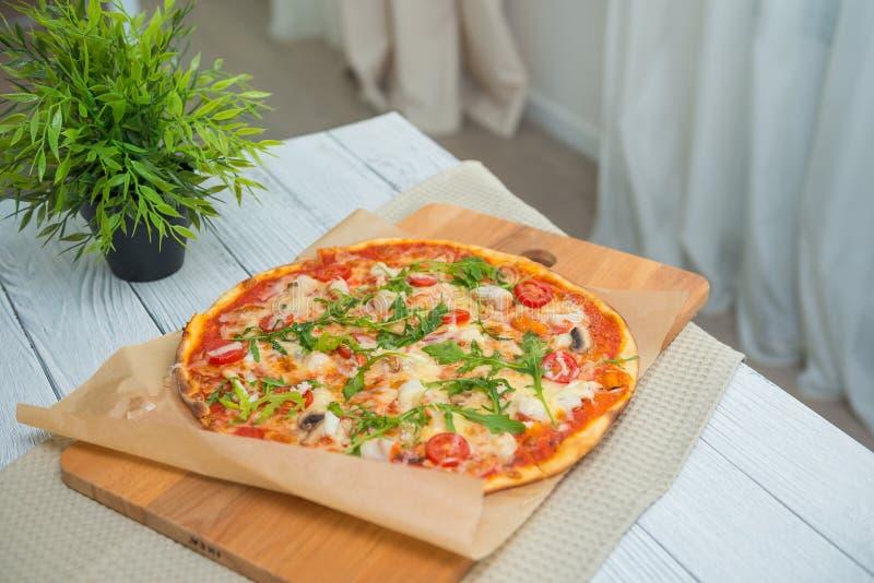 Smaklig italiensk pizzamargarita på trätabellen, selektiv fokus Matlagning- och italienaremattema royaltyfri bild